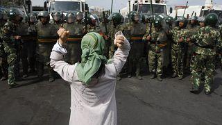 Çin paramiliter polisini protesto eden Uygur kadın. Urumçi (arşiv)