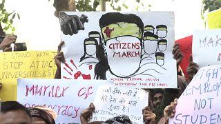 Az egyetemi erőszak ellen tüntettek Új-Delhiben
