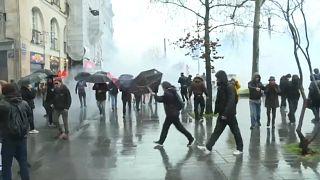 Tausende gehen in Frankreich gegen Macrons Rentenpläne auf die Straße