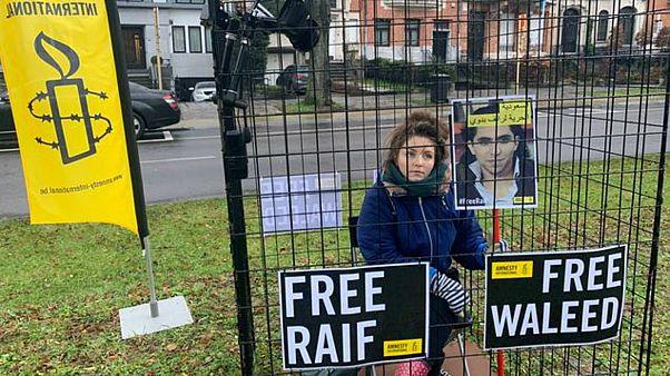 """العفو الدولية """"تسجن"""" نواباً بلجيكيين في أقفاص أمام السفارة السعودية ببروكسل"""