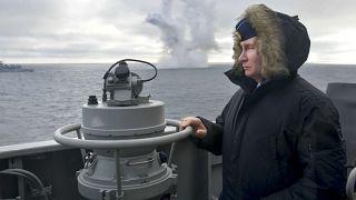 Rusya Devlet Başkanı Vladirmir Putin Kırım açıklarında yapılan tatbikatı izledi, komutanlardan bilgi aldı.