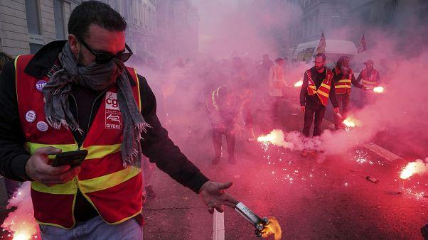 França vive dia de protesto antes do retomar das negociações