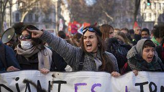 Könnygáz és összecsapások a párizsi tüntetésen
