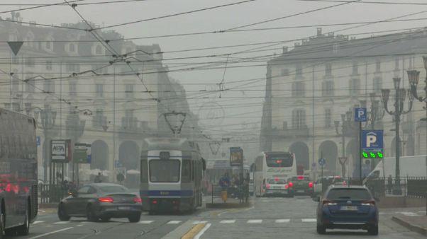 Torino sotto una cortina di nebbia e smog.