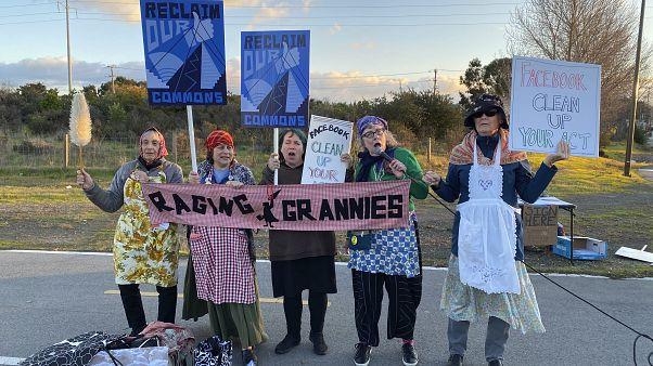 احتجاجات أمام فيسبوك ضد سياسة الشركة