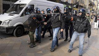 Fransız polisi göstericilere müdahale ediyor
