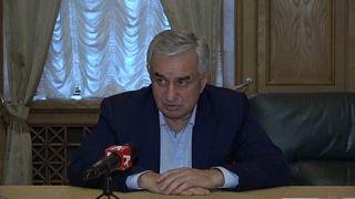 Betörtek az elnöki palotába és az államfő lemondását követelték Abháziában