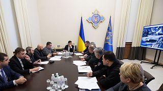 الرئيس الأوكراني فولوديمير زيلينسكي يعقد اجتماعًا مع فريق الاستجابة للطوارئ في تحطم الطائرة الأوكرانية