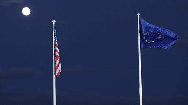 Σημαίες των ΗΠΑ και της ΕΕ