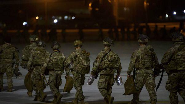 Irak'a gitmek üzere C-17 uçağına yürüyen Amerikalı askerler (1 Ocak 2020)