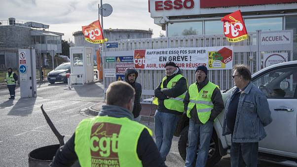 Workers on strike at the Fos-sur-Mer ESSO refinery