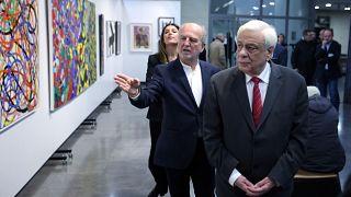 """Ο Πρόεδρος της Δημοκρατίας Προκόπης Παυλόπουλος  ξεναγείται στην έκθεση ζωγραφικής με τίτλο """"Το Πέρασμα, από τη Δημοσιογραφία στη Ζωγραφική"""" του Γιώργου Κογιάννη"""