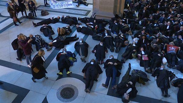 شاهد: المحامون يفترشون أرض قصر العدل في باريس والسبب.. نظام التقاعد الجديد