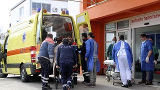 Yunanistan'da hastaneye götürülen göçmenler