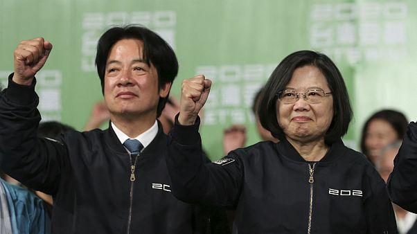 O candidato a vide-presidente William Lai (à esq.) celebra triunfo com Tsai Ing-wen