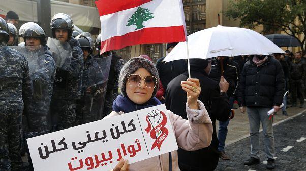 شاهد: المئات في لبنان يتظاهرون احتجاجاً على الانهيار الاقتصادي والوضع السياسي