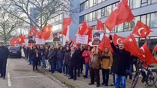 """Almanya'nın Gelsenkirchen kentinde polis karakolu önünde toplanan protestocular, """"Polis şiddetine hayır"""" sloganı attı"""