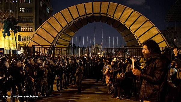 تفريق تجمع طلابي واعتقال سفير بريطانيا في طهران .. وترامب يدعم الإيرانيين