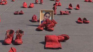 Mexico : des chaussures rouges pour les victimes de féminicides