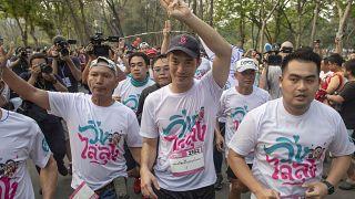 """İleriye Doğru Gelecek Partisi lideri Thanathorn Juangroongruangkit (ortada) """"Diktatörlüğe Karşı Koş"""" eylemine katıldı"""