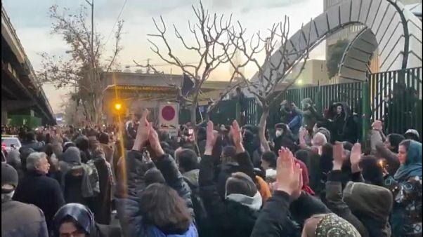 Демонстранты в Иране требуют отставки Али Хаменеи