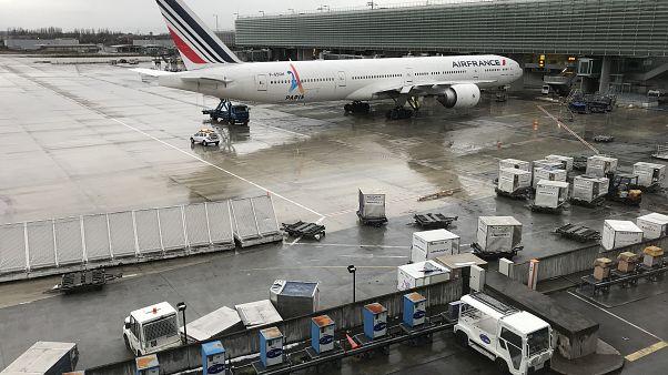رحلة قاتلة.. تنتهي بوفاة طفل متجمدا في تجويف عجلات طائرة قادمة من ساحل العاج إلى فرنسا