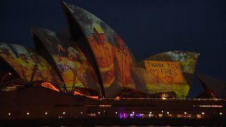 Ópera de Sidney ilumina-se para homenagear bombeiros