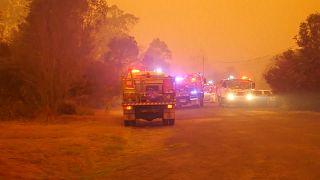 شاهد: رجال الإطفاء في أستراليا ينقذون بلدة صغيرة تعدادها 30 نسمة