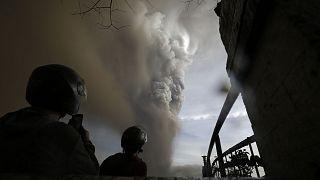 شاهد: إجلاء الآلاف وتعليق رحلات تحسباً لثوران بركان في الفيليبين