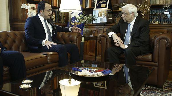 Ο Πρόεδρος της Δημοκρατίας, Προκόπης Παυλόπουλος συνομιλεί με τον υπουργό Εξωτερικών της Κυπριακής Δημοκρατίας, Νίκο Χριστοδουλίδη