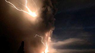 Impresionantes rayos volcánicos producidos por la erupción del volcán