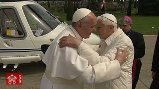 Celibato o preti sposati? Scontro fra Ratzinger e Bergoglio