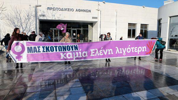 Μέλη φεμινιστικών οργανώσεων κρατούν πανό στο Μικτό Ορκωτό Δικαστήριο Αθηνών όπου ξεκίνησε η δίκη της υπόθεσης βιασμού και δολοφονίας της φοιτήτριας Ελένης Τοπαλούδη