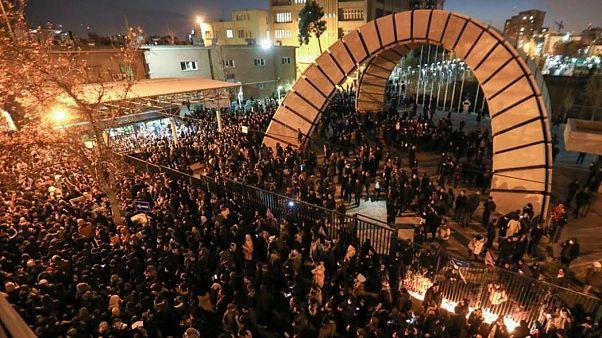 Καταγγελίες για αληθινά πυρά κατά διαδηλωτών