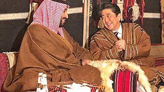 شاهد: رئيس وزراء الياباني في جلسة عربية مرتدياً الزي السعودي