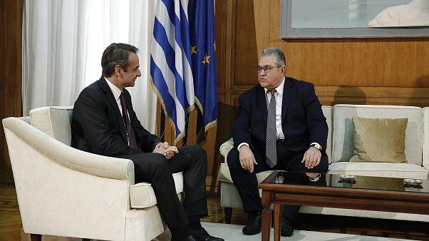 Ο Έλληνας πρωθυπουργός Κυριάκος Μητσοτάκης συνομιλεί με τον γραμματέα της ΚΕ του ΚΚΕ  Δημήτρη Κουτσούμπα