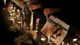 إضاءة الشموع أمام صور لضحايا الطائرة الأوكرانية المنكوبة خلال وقفة احتجاجية لمتظاهرين في طهران