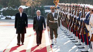 İran Cumhurbaşkanı Yardımcısı İshak Cihangiri, Suriye Başbakanı İmad Hamis'i resmi törenle karşıladı