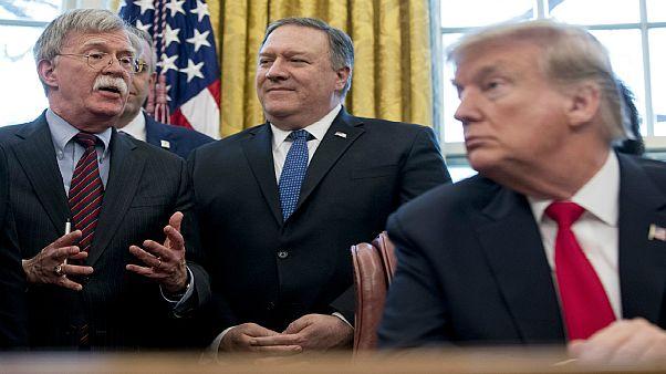 صورة تجمع الرئيس الأمريكي دونالد ترامب رفقة وزير الخارجية مايك بومبيو ومستشار الأمن القومي السابق جون بولتون