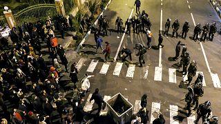 الشرطة الإيرانية خلال تفريقها لاحتجاجات طلبة إيرانيين