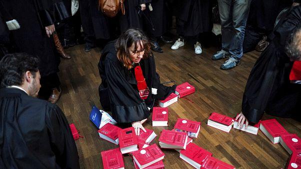 Lyon'da emeklilik yasasına karşı grev yapan avukatlar kanun kitaplarından S.O.S yazdı