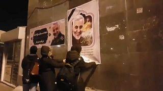 إيرانيات يقمن بتمزيق صورة لقائد فيلق القدس الجنرال قاسم سليماني