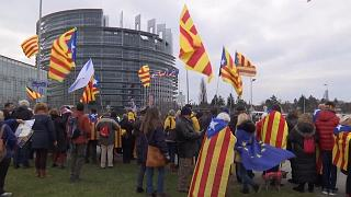 Katalán tüntetők vették körbe az EP épületét