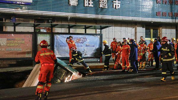 Κίνα: Τεράστια τρύπα άνοιξε σε δρόμο καταπίνοντας λεωφορείο - 6 νεκροί και 10 αγνοούμενοι