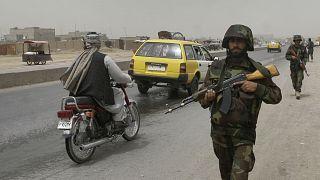 Devriye gezen Afgan askerleri (arşiv)