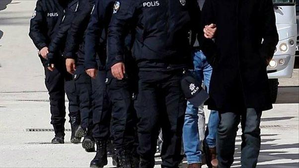 Gözaltı uygulaması yapan polis