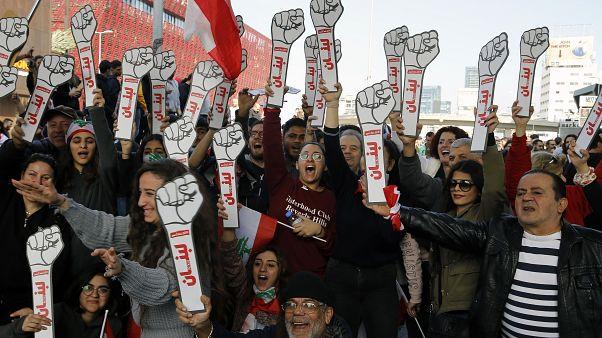 متظاهرون لبنانيون يغلقون الطريق السريع في بلدة جال الديب شمال بيروت 14/01/2020