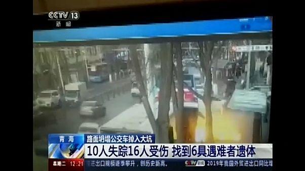 شاهد: انتشال حافلة انزلقت في انهيار طريق شمال غرب الصين