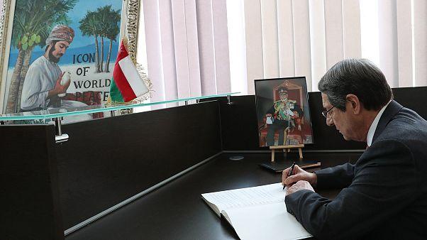 Ο Πρόεδρος της Δημοκρατίας Νίκος Αναστασιάδης, υπογράφει το βιβλίο συλλυπητηρίων για τον θάνατο του Σουλτάνου του Ομάν