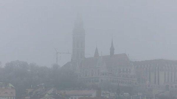 Szürkébe vész a Mátyás-templom tornya